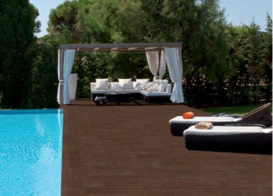 Venkovní bazénová dlažba imitující dřevo Lovely